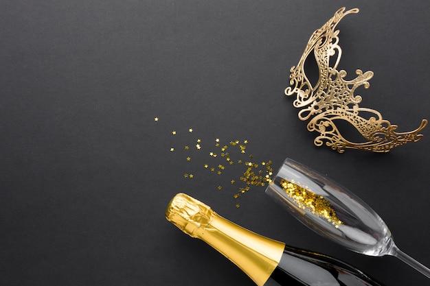 Elegante máscara de carnaval con champaña