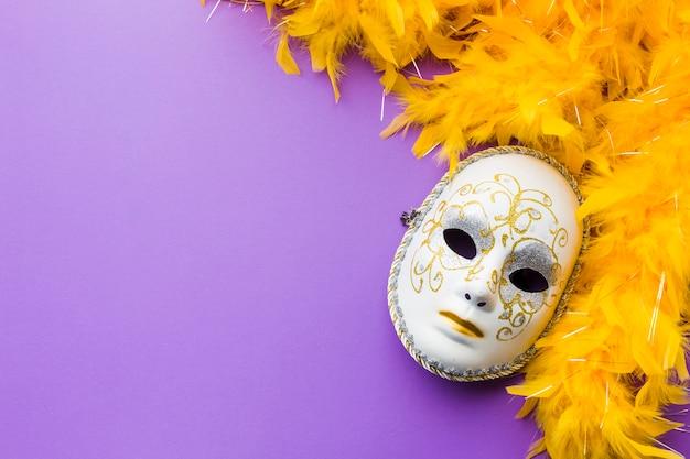 Elegante máscara de carnaval con espacio de copia