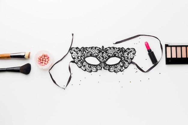 Elegante máscara de carnaval con kit de maquillaje