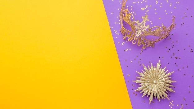 Elegante máscara de carnaval con purpurina