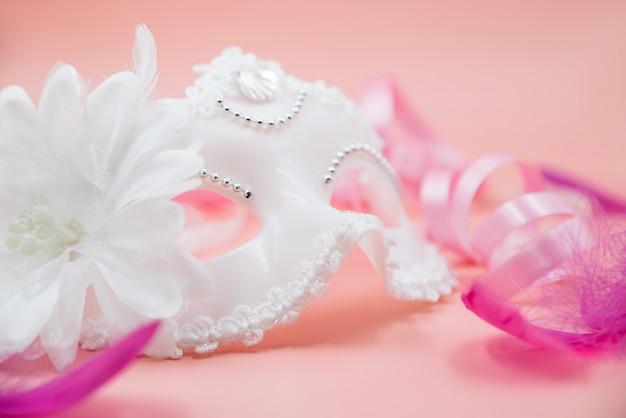 Elegante mascara elegante de color blanco.