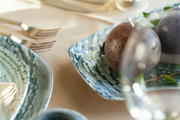 Elegante mesa servida para banquetes