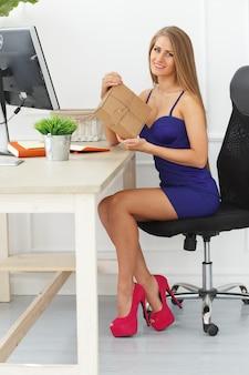 Elegante mujer abre un paquete