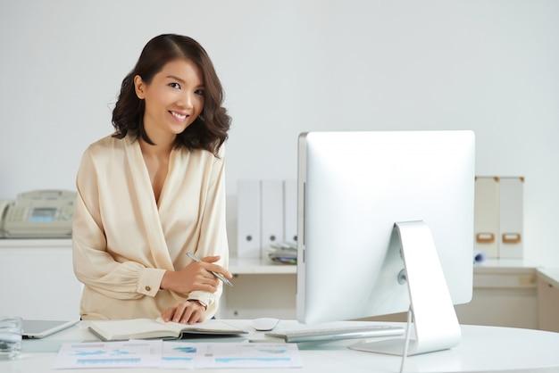 Elegante mujer asiática en la oficina