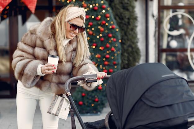 Elegante mujer caminando en una ciudad con carro