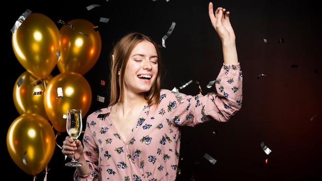 Elegante mujer celebrando año nuevo