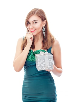 Elegante mujer elegante con aretes y anillo de diamantes. joyas de platino con diamantes verdes y blancos. regalo en caja de plata en sus manos