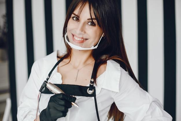 Elegante mujer con herramienta para cejas.