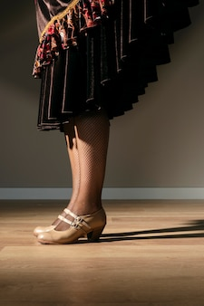 Elegante mujer joven con tacones con clase