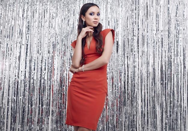 Elegante mujer morena hispana en lujoso vestido rojo