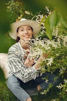 Elegante mujer pasar tiempo en un parque de primavera