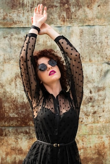 Elegante mujer posando al aire libre