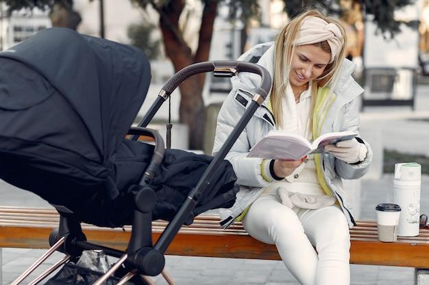 Elegante mujer sentada en una ciudad con carro