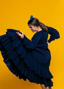 Elegante mujer sosteniendo vestir