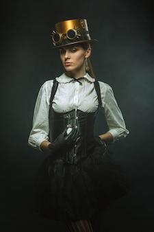 Elegante mujer steampunk con el reloj