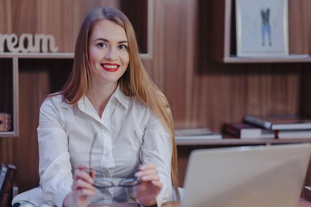 Elegante mujer trabaja en una oficina moderna