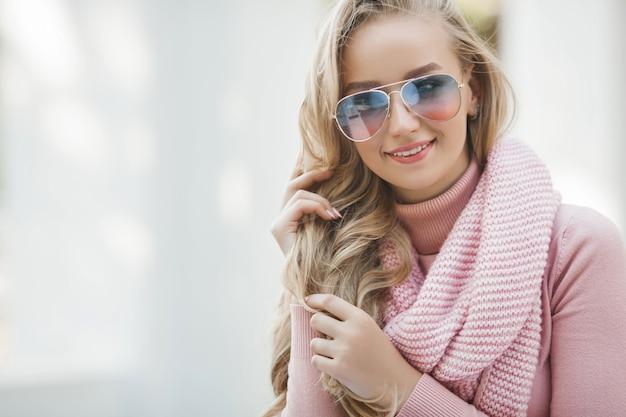 Elegante mujer urbana. retrato de dama al aire libre. primavera, otoño, otoño de fondo. hermosa mujer al aire libre.