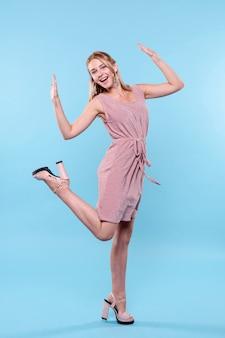 Elegante mujer vestida de moda posando