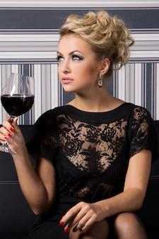 Elegante mujer vestida de negro