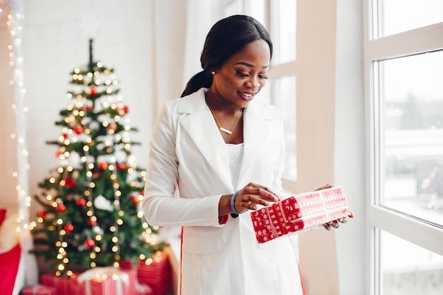 Elegante niña negra en las decoraciones navideñas