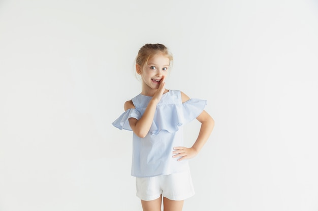 Elegante niña sonriente posando en ropa casual