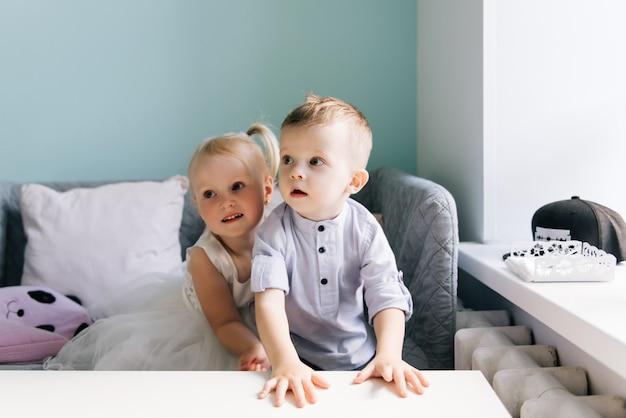 Elegante niño y niña en un café para niños
