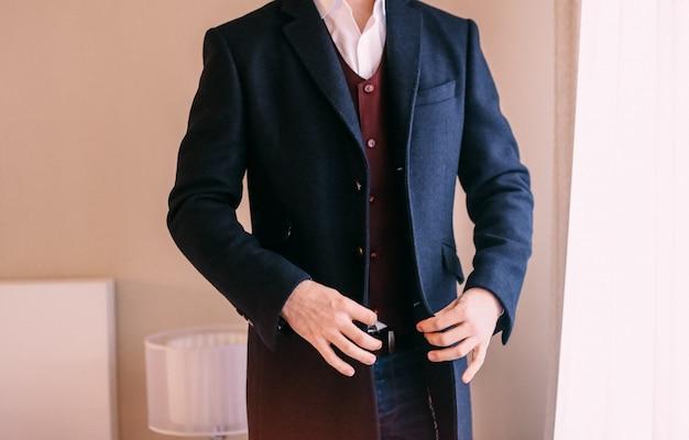 Elegante novio hombres chaqueta negra