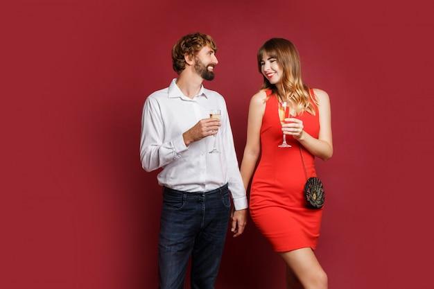 Elegante pareja de enamorados posando en traje elegante de moda