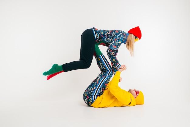 Elegante pareja de hombre y mujer en ropa colorida posando