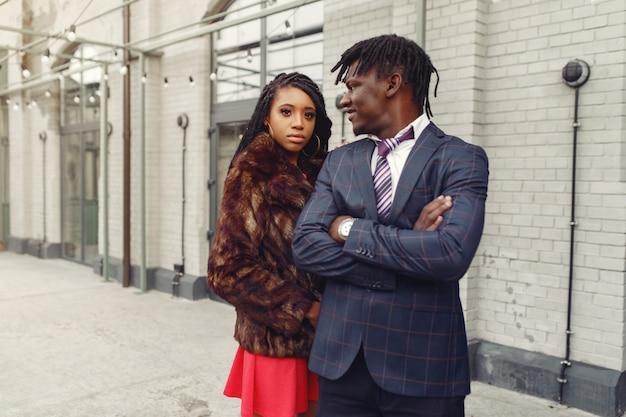 Elegante pareja negra pasar tiempo en una ciudad