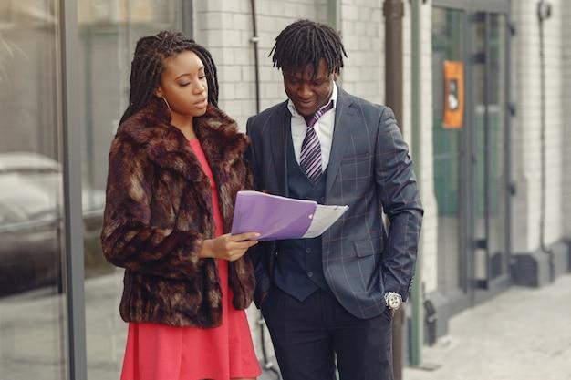 Elegante pareja negra tiene conversación de negocios