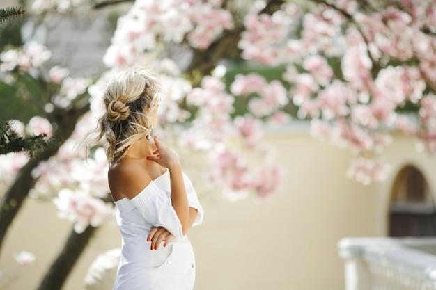 Elegante peinado de rubia con vestido blanco