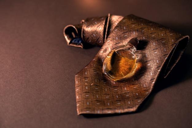 Elegante perfume masculino con corbata