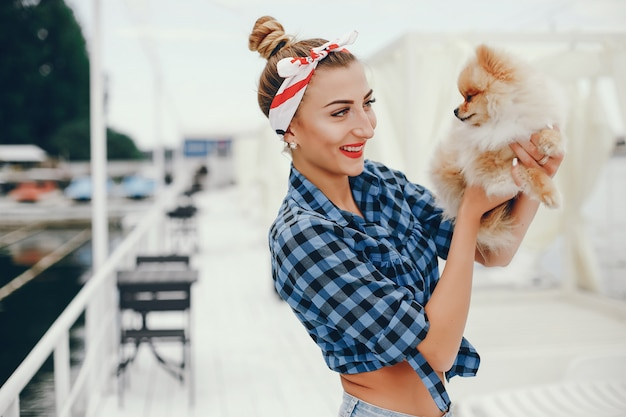 Elegante pin up girl con el perrito.