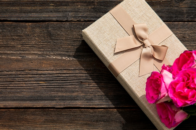 Elegante regalo y flor con copia espacio.