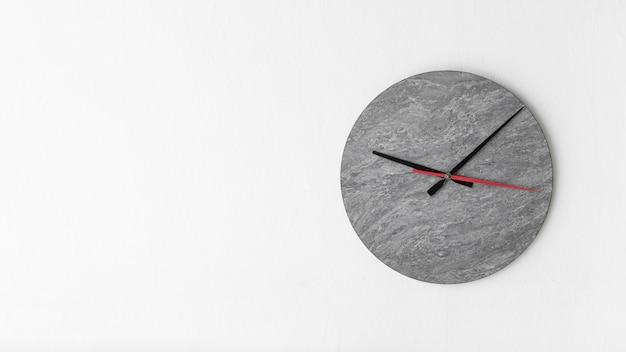 Elegante reloj despertador sobre fondo blanco