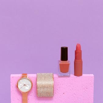Elegante reloj de pulsera, brazalete y cosmética. concepto de dama de moda