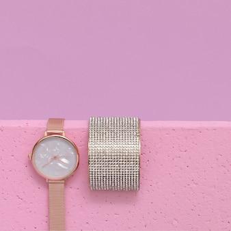 Elegante reloj de pulsera y pulsera de joyería. concepto de moda