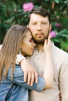 Elegante retrato de una pareja romántica en el amor.