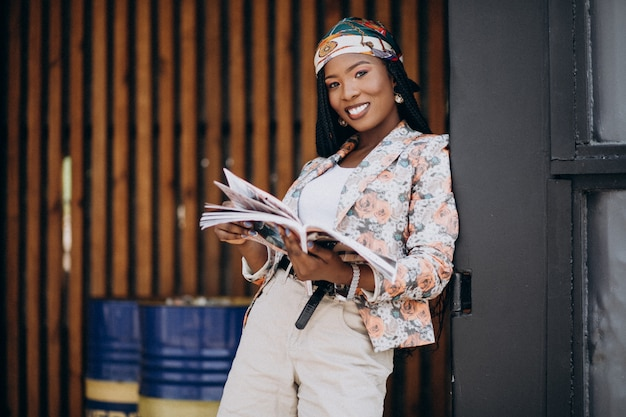 Elegante revista de lectura afroamericana en la calle