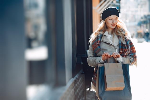 Elegante rubia linda caminando en una ciudad