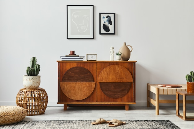 Elegante sala de estar con inodoro de diseño, marco de póster simulado y accesorios en una decoración moderna para el hogar.
