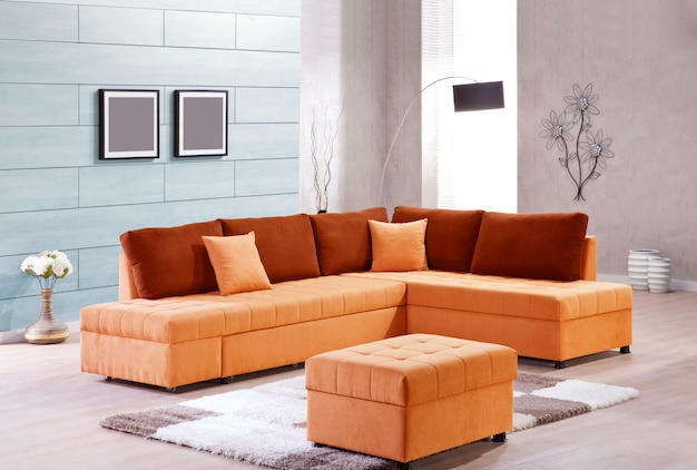 Elegante salón con sofá naranja.