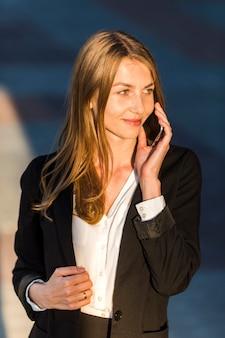 Elegante secretaria con un teléfono.