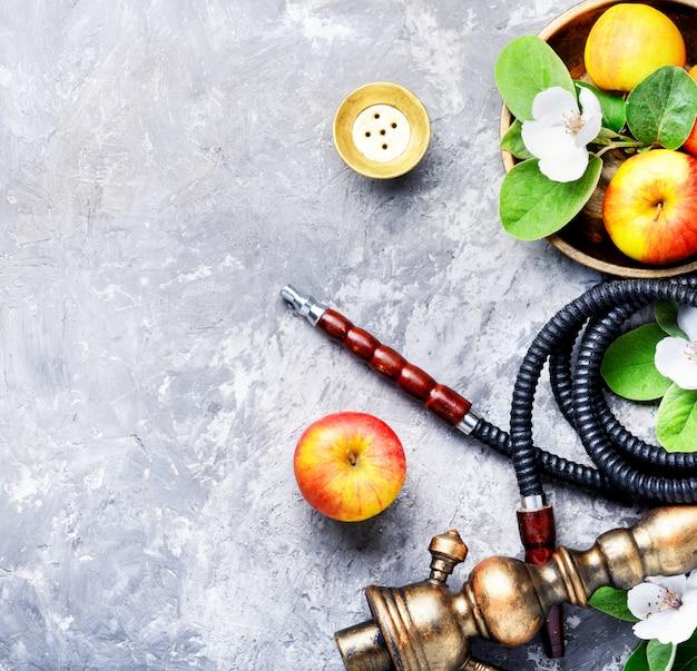 Elegante shisha oriental con manzana