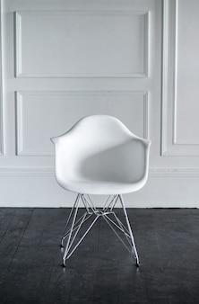 Elegante silla moderna blanca sobre un fondo claro