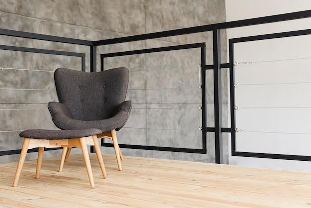 Elegante sillón moderno y taburete.