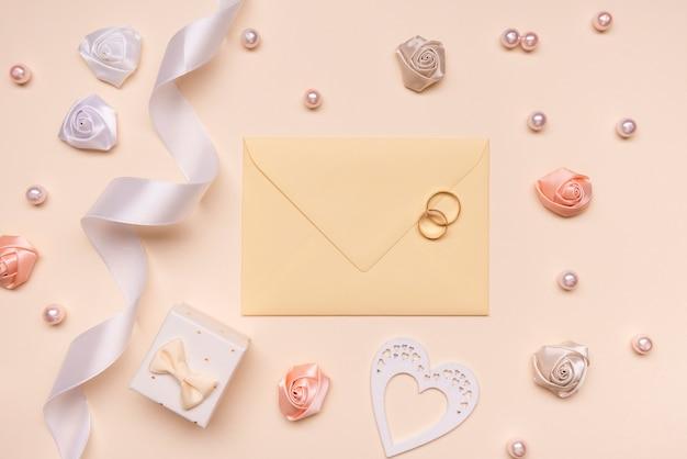 Elegante sobre de boda con anillos de compromiso