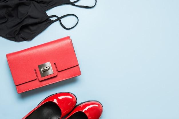 Elegante vestido negro de mujer pequeña y accesorios rojos