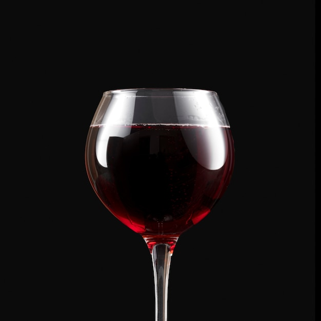 Elegante vino tinto oscuro en copa